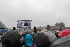 Etwa 1800 Menschen lauschten der Gedenkrede der Bundeskanzlerin, trotz des strömenden Regens. Foto: E. Makhotina