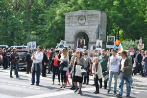 """Ähnlich wie in allen russischen Städten genoss die Initiative """"Das Unsterbliche Regiment"""" auch in Berlin eine starke Popularität"""