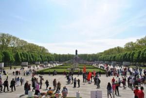 Das sowjetische Ehrenmal am Treptow Park in Berlin ist an diesem Tag ein Magnet für Russen und Deutsche aus allen Ecken des Landes