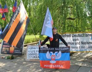 Die politische Komponente des Festes ist sehr stark präsent. Auf dem Gelände des Ehrenfriedhofs stehen sowohl jene, die die prorussischen Kämpfer im Osten der Ukraine unterstützen, auch auch jene, die gegen die gegenwärtige Popularisierung von Stalin auftreten.