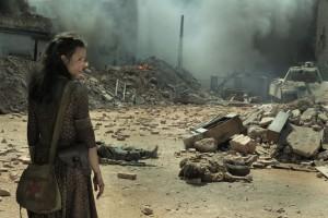 Verzweifelt steht Kama (Anna Próchniak) in den Trümmern der Stadt. Foto: ZDF/Ola Grochowska