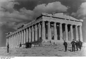Griechenland: Deutsche Soldaten besichtigen den Parthenon. April 1941