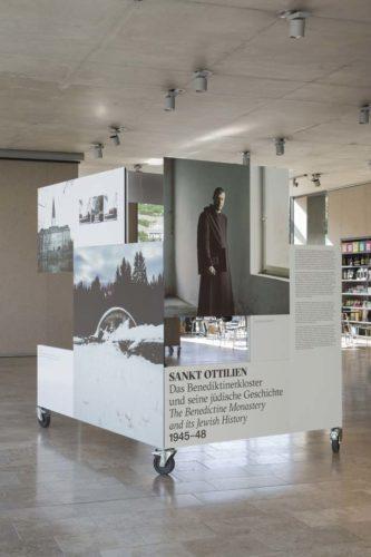 """Installationsansicht im Foyer """"Sankt Ottilien – das Benediktinerkloster und seine jüdische Geschichte 1945-48"""", Foto: Eva Jünger"""