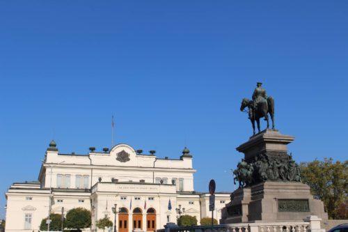 """Das Denkmal des """"Zar-Befreiers"""" in Sofija mit Sicht auf die bulgarische Nationalversammlung. - Foto: Georgi Vyanev"""