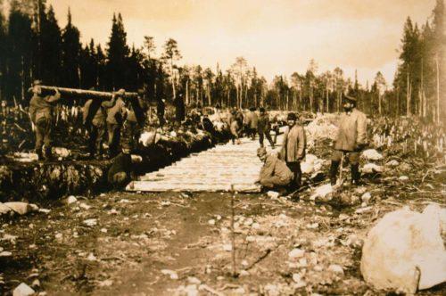 Kriegsgefangene beim Bau der Murmanbahn, 1916. - Foto: Stadtarchiv Tübingen, Wikimedia Commons