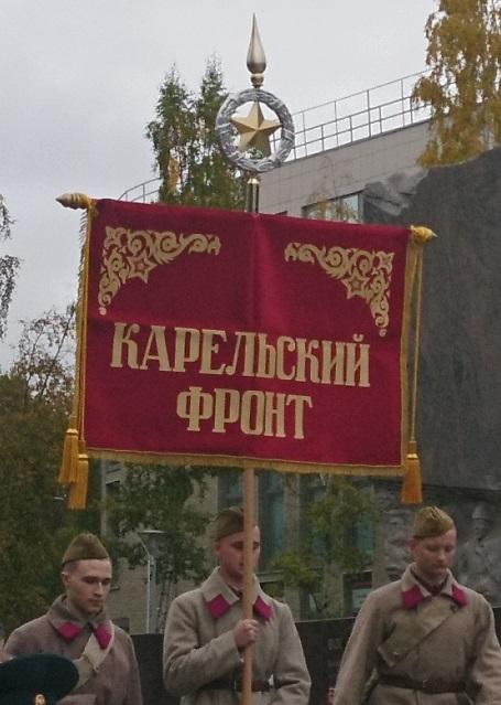 """Männer mit der Standarte der """"Karelischen Front"""" in Petrosawodsk.  – Foto: Stiven Tripunovski"""