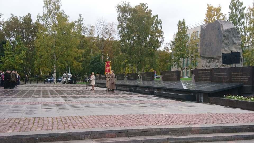 Gedenkveranstaltung in Murmansk vor dem Denkmal für die Gefallenen des Großen Vaterländischen Krieges. - Foto: Stiven Tripunovski