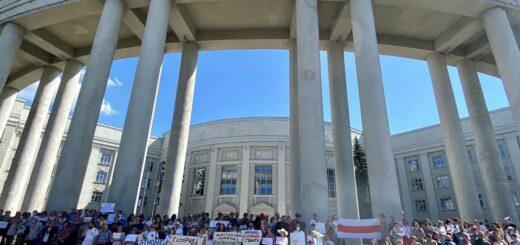 Protestierende vor dem Gebäude der Akademie der Wissenschaften